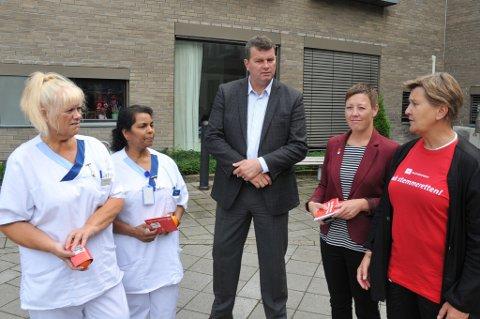 Sykelønn er en kampsak for hjelpepleierne Wenche Aas (t.v.) og Mary Antonypillai, LO-leder Hans-Christian Gabrielsen, Ap-kandidat Inger Helene Vaaten og leder Mette Nord i Fagforbundet.