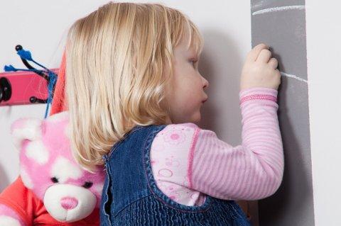 Knaggene er montert innen barnets rekkevidde. Det gråmalte feltet på veggen er til merking av hvor mye hun har vokst det siste året, og sparer dørkarmen for tusjmerker.