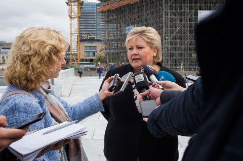 Statsminister Erna Solberg kommenterte ledighetstallene for august fredag.
