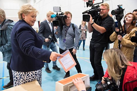 Statsminister Erna Solberg stemmer ved stortingsvalget på Apeltun skole i Bergen mandag formiddag.