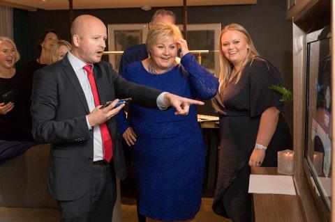 Statssekretær Sigbjørn Aanes, Erna Solberg og datteren Ingrid Solberg Finnes ser på Høyres første prognoser i en suite på SAS-hotellet mandag kveld.