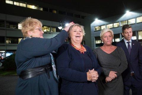 Trine Skei Grande (V) ser ut til å ha det moro med statsminister Erna Solberg (H), mens Siv Jensen (Frp) og Knut Arild Hareide (KrF) ikke ser ut til å skjønne spøken.