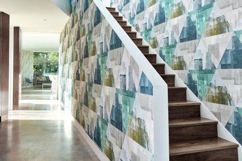 Mønstrete tapet som tar opp de øvrige fargene i huset, følger deg opp trappen. Frekt og fint.