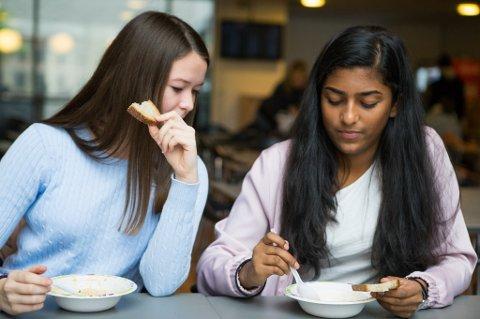 74 prosent av de spurte sier at de ville gjort en bekjent eller kollega oppmerksom på at de hadde matrester mellom tennene.