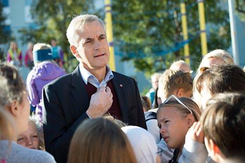Ap-leder Jonas Gahr Støre har lansert ti punkter som han vil gjennomføre på de første 100 dagene dersom han blir statsminister. Her fra et skolebesøk i Kristiansund mandag.