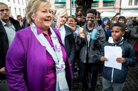 Høyre-leder Erna Solberg ble tatt imot som en popstjerne da hun besøkte valgboden i Karl Johans gate i Oslo torsdag. Statsministeren kan glede seg over fortsatt borgerlig flertall på meningsmålingene få dager før valget.