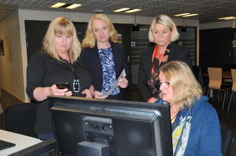 Arbeidsminister Anniken Hauglie og kommunalminister Monica Mæland får innsyn i Navs digitale systemer av avdelingslederne Elin Johansen (t.v.) og Marit Soløst Monsen ved Nav Alna.