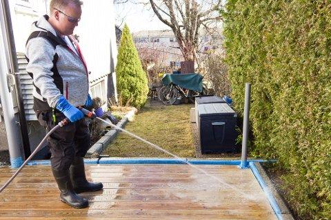 Spyl terrassen nøye. Rensemiddelet må fjernes godt med rikelig med vann.