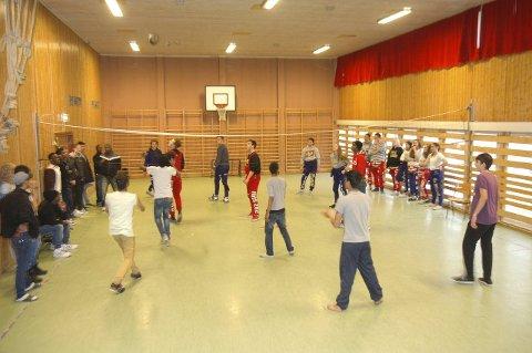 Volleyballkamp: Det var topp stemning i gymsalen på Mysebu transittmottak da russen møtte asylmottakerne til vennskapelig kamp.