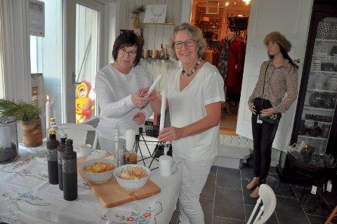 KLEDD I HVITT:  May Sølvberg (t.v) og Inger Moberg har pyntet seg selv og kafeen i hvitt.  Et alternativ til fredagens Black Friday, sier Inger.