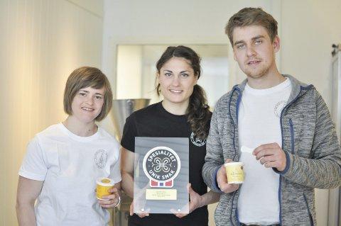 ISPRODUSENTER: Ida, Elin og Jens Klufterud fra Bamsrudlåven i Eidsberg. Isen er laget med egg fra gården og melk fra naboens kyr. Arkivfoto