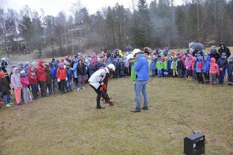 Det første spadetaket: Fredrik Sanner i 7. klasse, 10-klassingen Theolina Hagelund pluss ordfører Ole André Myhrvold tok det første spadetaket, med elever fra barneskolen til stede.