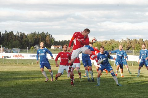 TOK FØRINGEN: Askims lagkaptein, Stian Kello var høyt og lavt de første 20 minuttene av kampen mot Hærland, og fikk også æren av å sette inn 0-1 på straffe etter tre minutters spill på Hærland-banen. Askim FK vant til slutt hele 5-1.