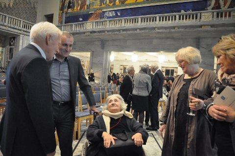 17 år gammel klarte Ruth Goldstein å flykte til Sverige. Her ser du henne sammen med sønnen Jørn, redningsmennenes etterkommerne Jon Elling Whist og An-Magritt Munkeby og ordfører i Marker Kjersti Nythe Nilsen.