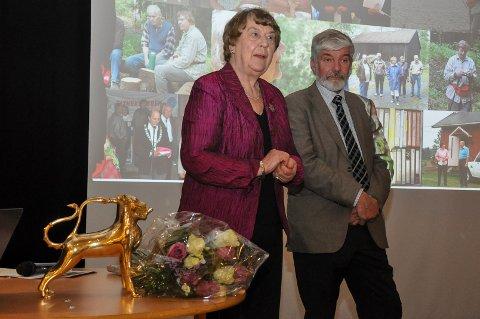 Leder Asbjørn Hjorthaug  og æresmedlem Karen Helene Brødholt. Foran ser vi en kopi av aquamanilen (katolsk vannkanne) som man finner i lagets logo.