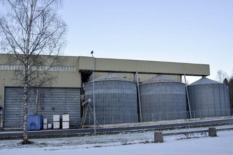 Utvider: Slik ser siloanlegget ut fra Hølandsveien. Planen er å utvide med tre nye siloer.