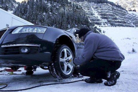 Vinterdekk: Noe av det aller viktigste er å ha gode vinterdekk på bilen. NAF anbefaler at mønsterdybden er minimum 4 millimeter. Arkivfoto
