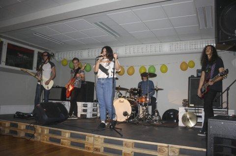 Talentfull ungdom: Bandet Bloon underholdt på åpningen av UKH Eidsberg. Publikum var svært engasjerte da bandet fremførte sangene sine.