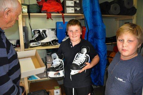 Sjekker utstyret: Guttene Kristoffer Knutsen og Trym Bakken (t.h) sjekker utstyret sammen med August  Strande.