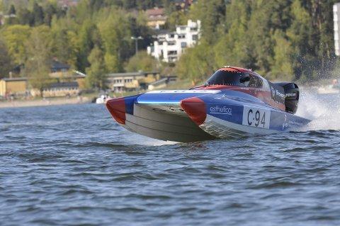 Så spruten står: Team Offshore Racing viser seg fram for lokalavisen på Lysakerfjorden. Tomas Are Martinsen fra Askim og Jonas Hansen fra Lørenskog er klare for sommerens rekordjakt i offshorsportens flaggskip - C3. Båten har en toppfart på 170 kilometer  i timen.