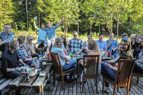 Terrassekos: Hjemme på terrassen hos Jon Erik Sogn Hjelleset var det er stort vorspiel hvor alle var klare for å kose seg videre på Spydeberg Rock Festival.