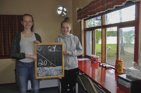 Skal drive: Emely Alexandra og Frida Ingela Hansen er de som skal drive kiosken i sommer, med hjelp av mor Trime Bruer Nilssen og far Ronny Hansen.