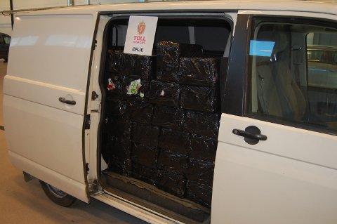 Da tollerne så at denne bilen var tungt lastet fattet de mistanke om at den var lastet med alkohol.