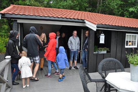 Et tredvetalls interessenter strømmet til på visning av hytta i Lundveien i Båstad torsdag kveld.