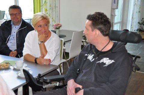 FINANSMINISTER-BESØK: Siv Jensen takket for at Håkon Wiker ønsket å dele sin historie da hun besøkte Hobøl bo- og behandlingssenter lørdag formiddag. Wiker har multippel sklerose og ønsker at Siv Jensen lager stamcellebehandling for MS-rammede til sin kampsak.