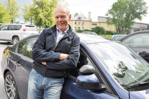 DELER UT: Torsdag står ansatte i Sørby Trafikkskole på tre steder for å dele ut reflekser. ARKIVFOTO
