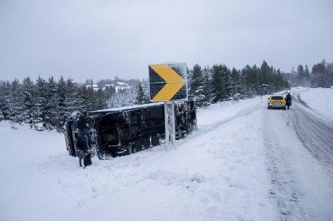 Lastebil av veien: Flere har hatt trøbbel i snøværet i dag.