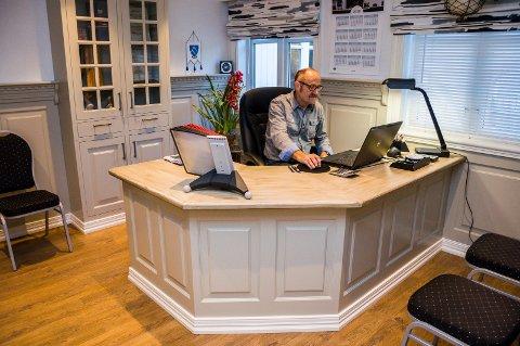KONTOR: Slik ser kontoret ut til en fagmann som kan sitt snekkerfag. Thormod Syversen bak egenprodusert kontorbord og interiør.