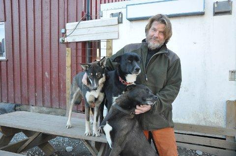 Aktive: Nå må Kristian Brødholts polarhunder, her representert ved Vilma, Solo og Fant, tjene inn litt penger til egen hundemat. – Vi planlegger besøksgård med aktiviteter, sier Brødholt.