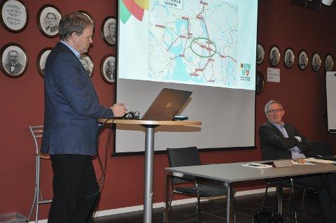 Prosjektrådmann Georg Smedhus orienterte Skitpvet-politikerne. Han vil gjerne samarbeide med Skiptvet.