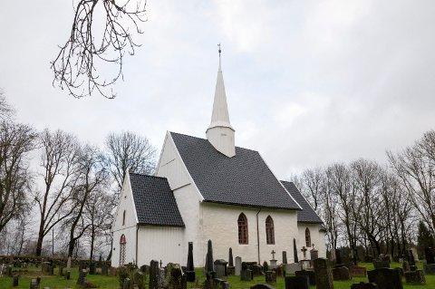 Rundt Hobøl kirke (bildet) og Tomter kirke skal kommunen rydde snø ut året 2019. Arkivfoto