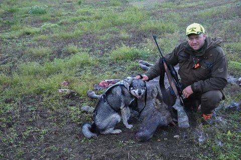 Thomas Grønlund viser frem årets første bytte. En halvannet år gammel elg, skutt på hundre meters avstand.
