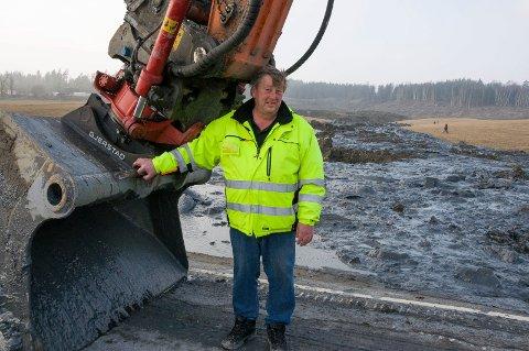 MARS 2014: Sverre Greaker kastet seg rundt for å rydde opp etter at et stort leirsskred fra eiendommen hans blokkerte fylkesvei 120.