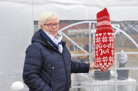 STOR VOTT: Tove Gjerde fra Sarpsborg sto på stand med strikkede ting. Hun har også strikket denne gedigne votten.