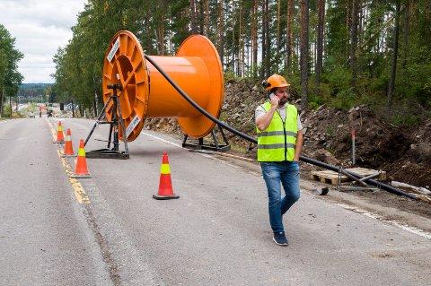 HØYSPENTKABEL: Høyspentkabelen som fører strøm fra vindmøllene til Hafslunds trafostasjon vekker bekymring blant enkelte beboere i Storgata på Ørje. Her fra gravearbeidene rett øst for Sletta. ARKIVFOTO