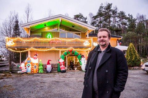 FORAN HUSET: Harald Forsberg (37) gleder seg over ferdigpyntet julehus.