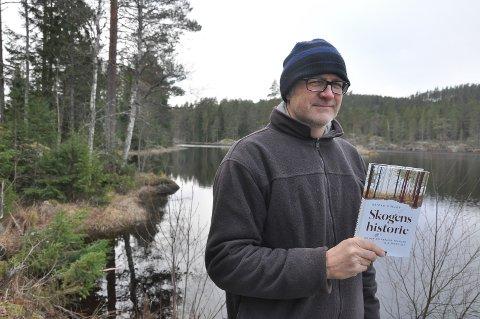 MED BOK: – Veldig hyggelig med lokalaviser, for de tar bilde av meg med boka mi, ler Reidar Müller