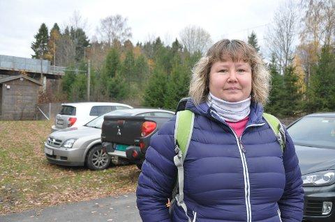 Eileen Fredriksen måtte mandag parkere som nummer fire på gresset ved Slitu stasjon da hun skulle på senvakt.