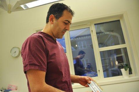 Mehmet Süslü viser frem fargeskalaen på tenner.