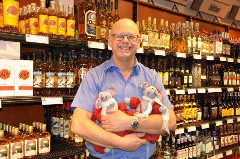 JULEHANDEL: Butikksjef Rune Schrøder ved Vinmonopolet i Askim melder at julehandelen er god om dagen.
