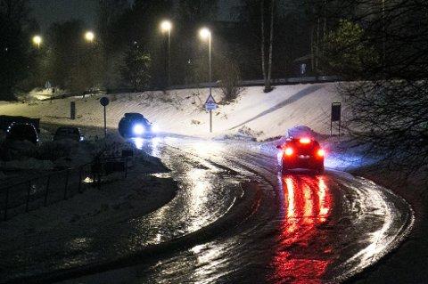 Veidrift oppfordrer folk til å kjøre rolig og forsiktig. Flere veier er fortsatt veldig glatte.