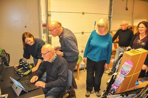 Flere frivillige hadde møtt opp torsdag for å være med på arbeidet med å registrere alt sportsutstyret