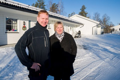 NYE BOLIGER: Utbygger og eier, Jens Frøne, og bolig- og økonomikonsulent Marianne Lislerudforan de nye boligene i Gamleveien, som sto klare for innflytting i februar.