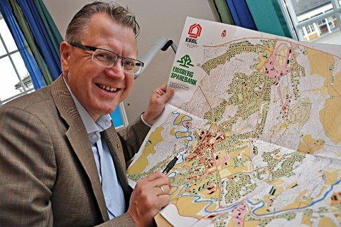 KLAR MED KARTET: Ordfører Erik Unaas vet hvor på kartet han ønsker politikerne skal legge det nye Østfoldteateret. Arkivfoto: Hanne Tøfte