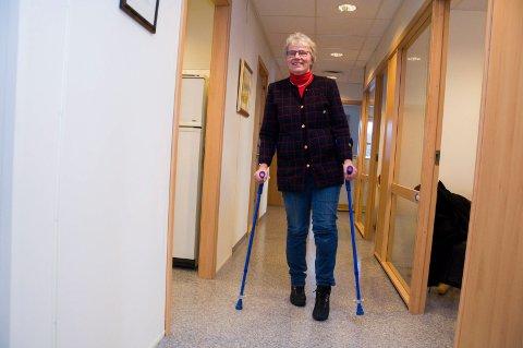 PÅ KRYKKER: Barbro Kvaal er rammet av MS og må bruke krykker når hun skal bevege seg. Men legen fra Marker gjør lite vesen av sin sykdom.