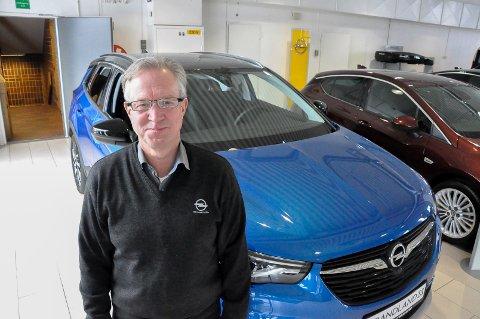 Roy Hammersborg har solgt biler i 40 år. Her viser han fram Opels nye flaggskip, en Grandland X. – Det er SUV som vokser raskest. Markedet etterspør høy sittestilling og bakkeklaring, sier han.